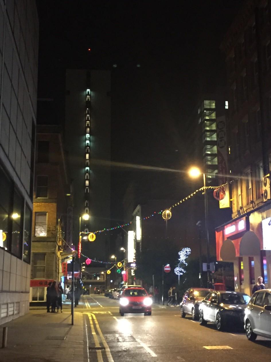 Nächtliche Straße in Manchester, Besprechung Dead To Me