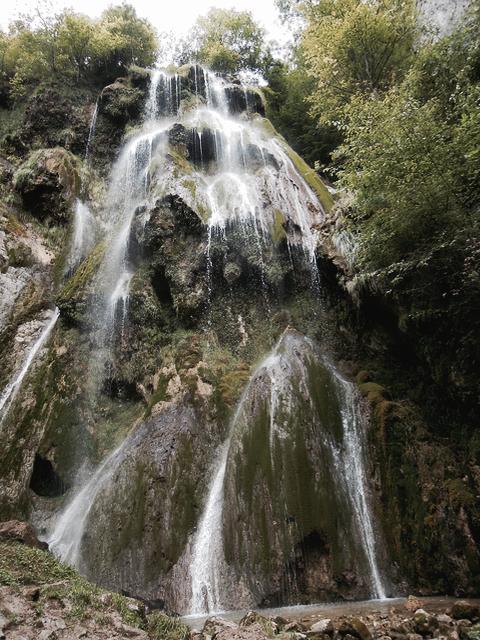 Wasserfall, Bild 2 der Besprechung von The Dead House von Harry Bingham