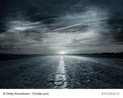 Nächtliche Landstraße - Betragsbild zur Besprechung Black Widow von Christopher Brookmyre