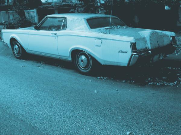 Beitragsbild zur Besprechung von »Brighton« von Michael Harvey, Altes Auto am Straßenrand