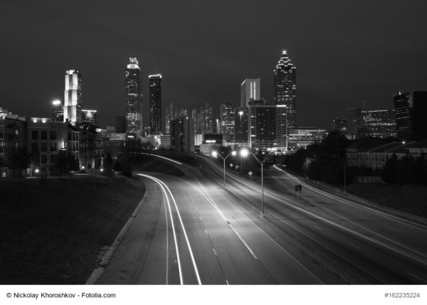"Black and white photo of Atlanta city night skyline, Georgia, USA, Beitragsbild zur Bespechung von ""Darktown"" Thomas Mullen bei Krimiscout"