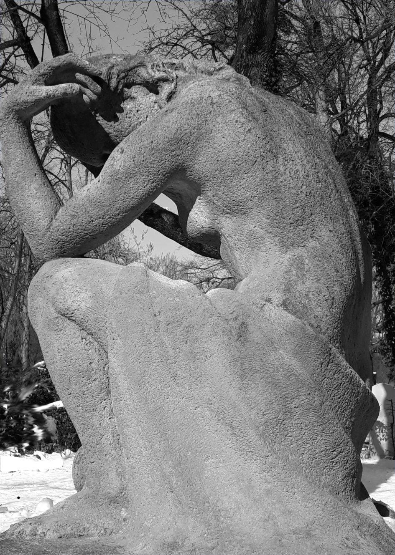 Steinskulptur einer nackten Frau, Beitragsbild zur Besprechung von Little Deaths von Emma Flint