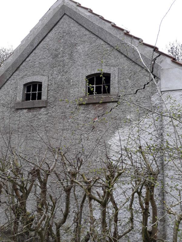 """Altes Haus, Beitragsbild zur Krimiscout-Besprechung des Romans """"The Ruin"""" von Dervla McTiernan"""