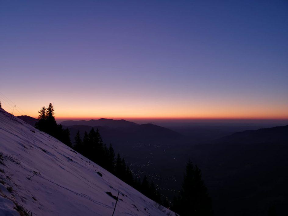 Berg bei Sonnenuntergang, Beitragsbild zur Krimiscout-Besprechung von The Glass Hotel, Emily St. John Mandel